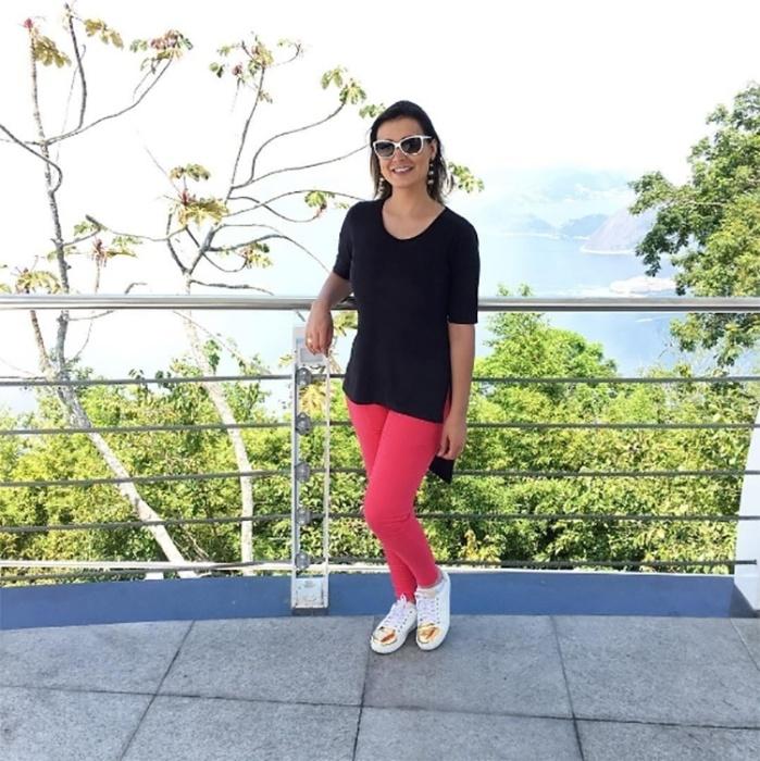 10.dez.2016 - Em outra imagem, Urach mostra look que escolheu para um passeio pela orla da zona sul do Rio de Janeiro. Nada de biquíni! A loira preferiu uma roupa confortável, com tênis, calça e camiseta
