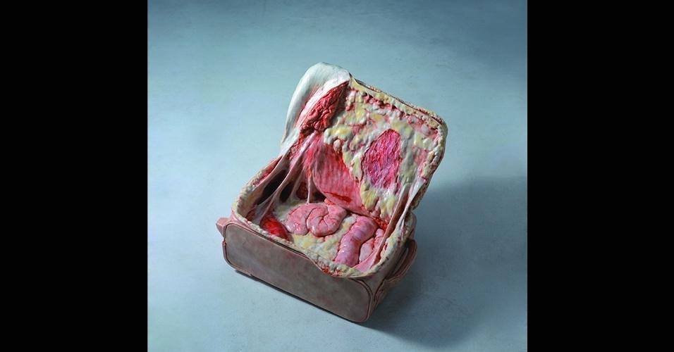 17.abr.2017 - A série Visual Temperature, do artista chinês, não usa carne real, embora os objetos pareçam rasgados como carne real. A arte hiper-realista é feita apenas com uma mistura de resina e fibra
