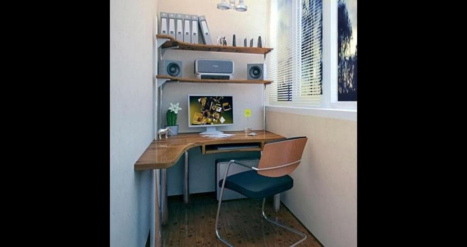 24. Uma pequena mesa feita sob medida transformou a varanda estreita em um escritório