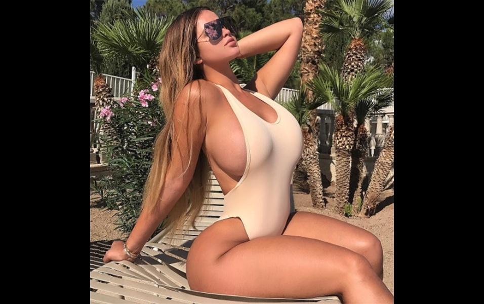 """3.ago.2017 - A gente sabe que a russa Anastasia Kvtiko ostenta um bumbum digno de nota 10 que não faria feio no Brasil  terra em que esse """"atributo"""" é paixão nacional. Mas em novas fotos postadas no Instagram, a modelo de 22 anos também prova que tem uma """"comissão de frente"""" poderosa. De maiô, lingerie ou decote, a russa deixa os fãs babando na rede social"""