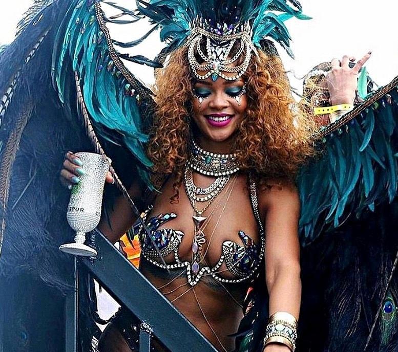 Ago.2015 - Ainda não é Carnaval no Brasil, mas a gringa Rihanna já caiu na folia. Em Barbados, país natal da musa do pop, um carnaval anual popular atraiu a diva, que não economizou na fantasia e fez bonito na festança, usando trajes minímos e esbanjando muita sensualidade