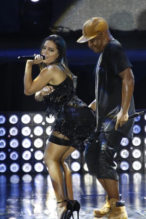 """10.dez.2015 - Ao som de """"Felicidade"""", Anitta faz rebolado para Marcio Victor, durante gravação de DVD da banda Psirico"""