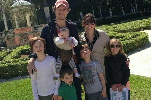 29.mar.2016 - Taylor, o irmão do meio, está com 33 anos e é casado com Natalie Anne Bryant desde 2002. Juntos, o casal tem cinco filhos. O rapaz é pai de três garotinhos e duas meninas