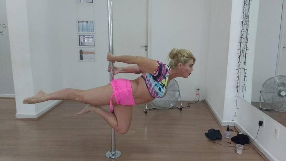 6.dez.2016 - Ex-BBB Cida Moraes mostra equilíbrio e controle no pole dance