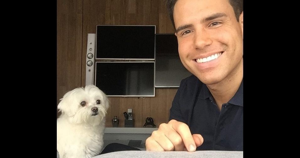 9. Luiz Bacci, apresentador da Record TV, não desgruda do seu cachorrinho Toy