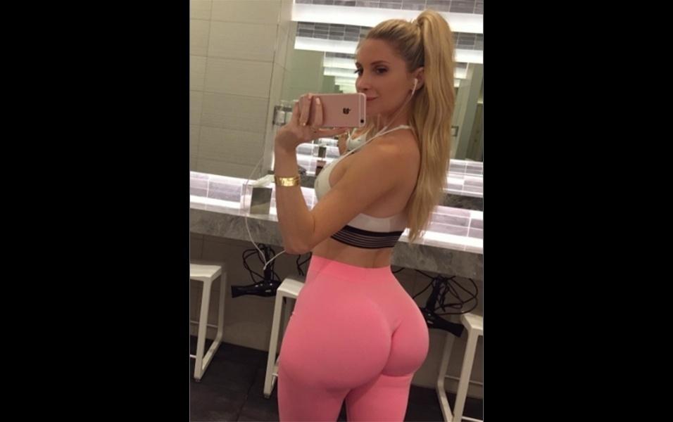 25.jun.2017 - Amanda Lee também é fã das selfies em frente ao espelho. A gata chama atenção pelas curvas, principalmente do bumbum GG