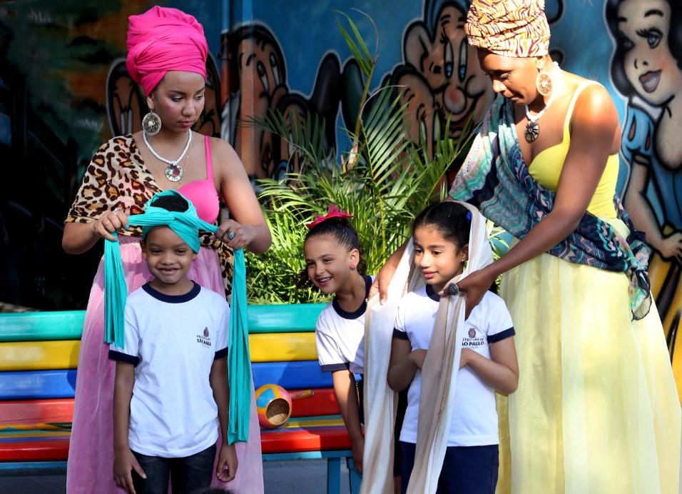 Além de música e história, as princesas realizaram uma oficina de turbantes. Para elas, o objeto funciona como uma coroa ancestral para caracterizá-las como princesas africanas