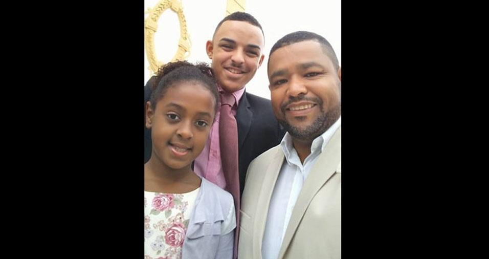 Matheus Theodoro e Juliah Victória com o pai Fernando Souza, de Valença (RJ)