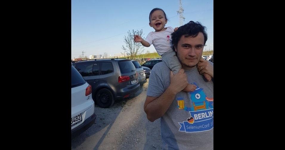Papai Luciano Luz com a filha Amália, na Alemanha
