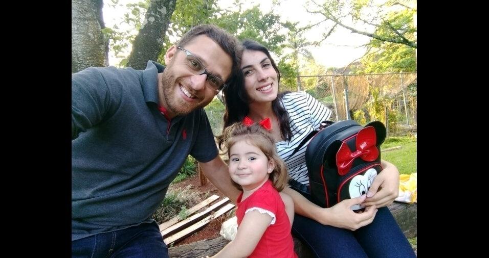 Isabela, com os pais Rodrigo Vanoni Alberton e Jéssica