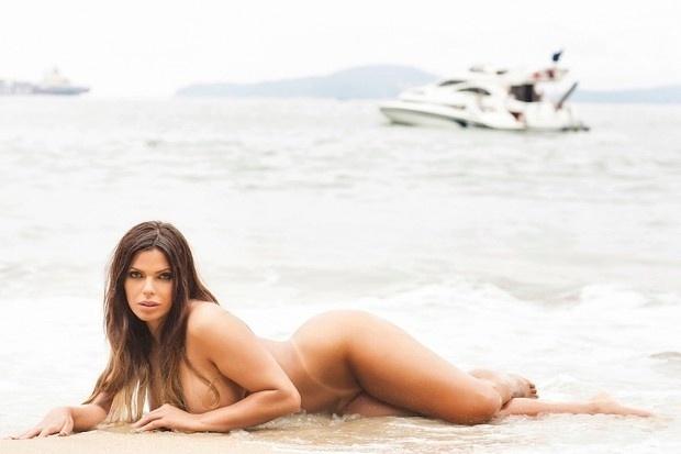 30.nov.2015 - Revista Sexy promete revelar todos os atributos da vencedora do concurso Miss Bumbum 2015, Suzy Cortez