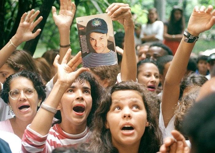 3.mar.1996 - Fãs da banda Mamonas Assassinas, na maioria crianças, se aglomeram em frente ao IML (Instituto Médico Legal) de São Paulo, para onde os corpos dos integrante foram levados após o acidente aéreo