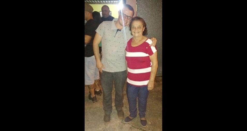 Sidnei, de Suzano (SP), com a avó Severina, que tem  81 anos e mora em Cubatão (SP)
