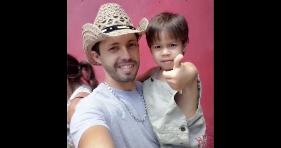 Papai José Nedson Oliveira dos Santos com o filho Kaique, de Simão Dias (SE)