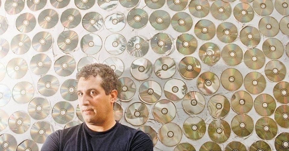 """Empresário dos Mamonas Assassinas em sociedade com o produtor Rick Bonadio, Samy Elia passou a receber uma avalanche de pedidos para shows na medida em que o disco dos Mamonas se popularizava. No documentário """"Mamonas para Sempre"""" (2009), Samy relata que trabalhava das 10h às 23h e """"não conseguia dar conta"""" de atender a demanda"""