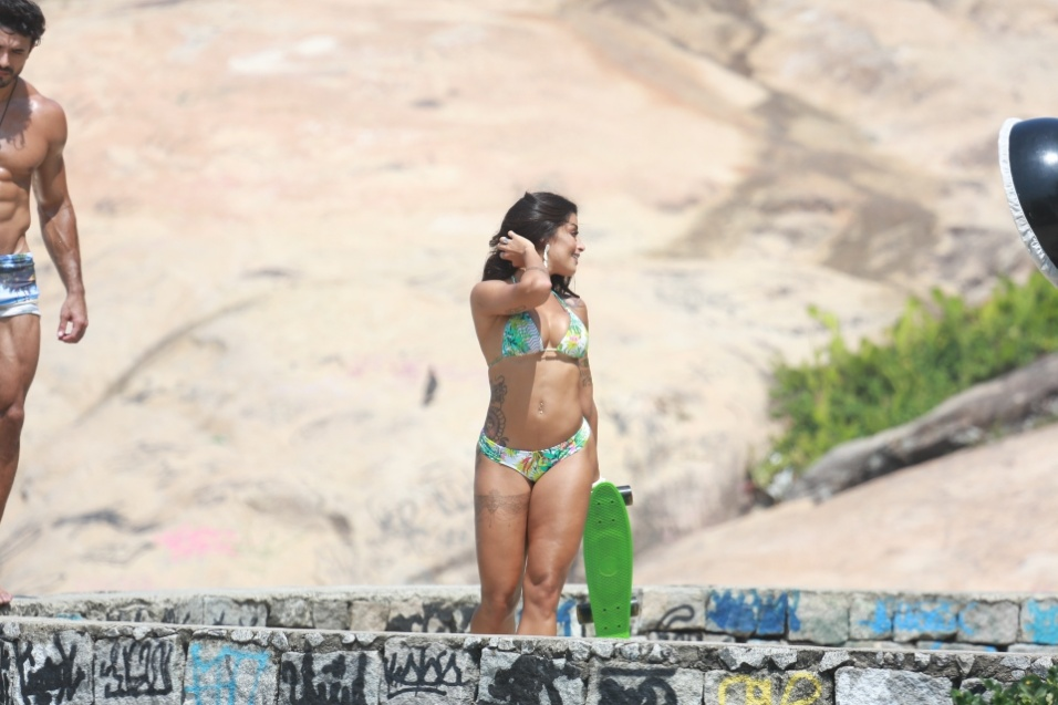 9.mar.2016 - Aline Riscado se divorciou recentemente do marido, o lutador de MMA Rodrigo Riscado. Vista na festa da irmã de Neymar com o ator Felipe Roque, a dançarina negou o relacionamento