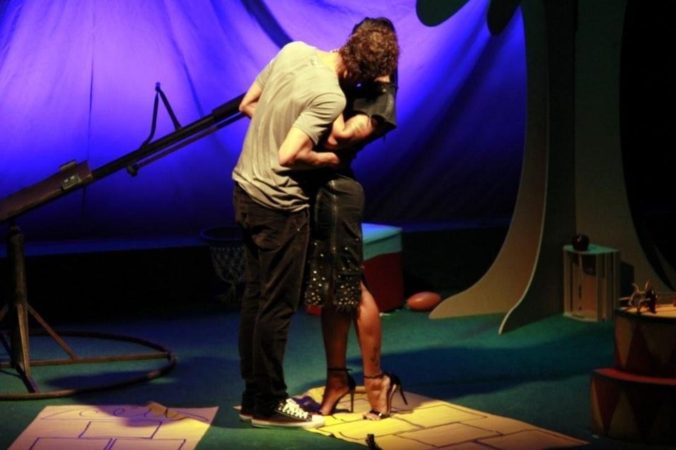 14.jan.2017 - Da vida real para a ficção! Aline Riscado e Felipe Roque se beijaram muito durante o espetáculo