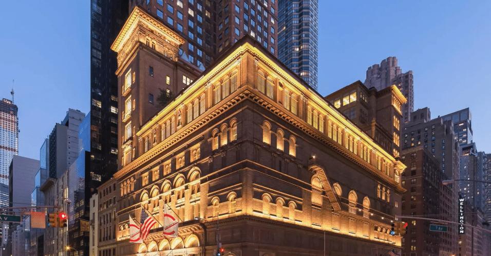 20.jan.2017 - O projeto de reforça da famosa sala de concertos Carnegie Hall, em Nova York, foi outra obra premiada no concurso da AIA. Além de renovar o terraço e salas administrativas, o projeto repensou a iluminação da fachada do histórico edifício