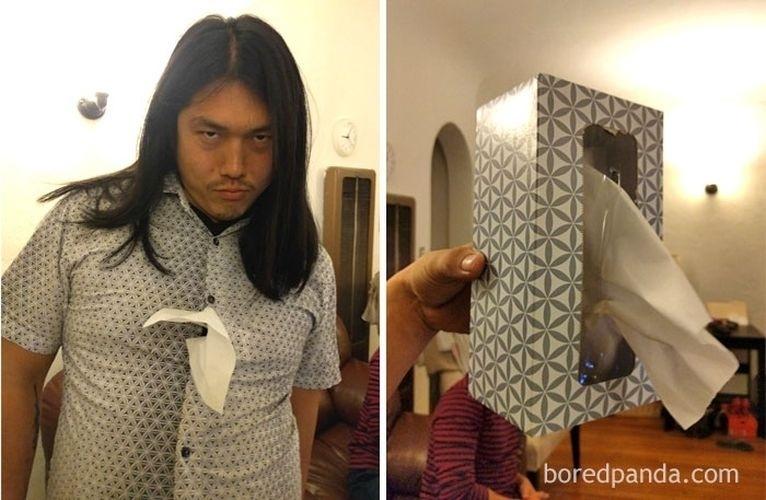 Fev.2017 - Rapaz sensualizando e uma caixa de lenços de papel