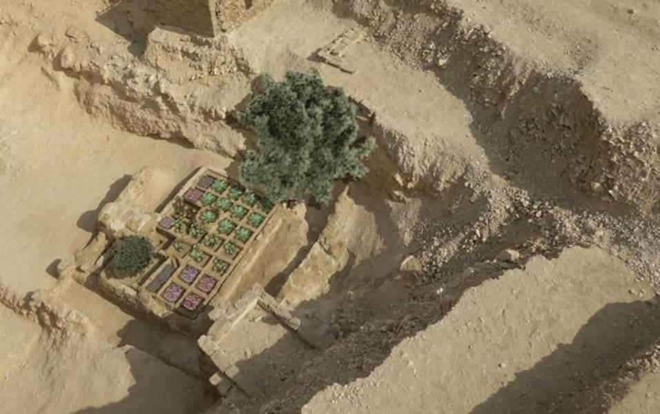 17.mai.2017 - Tumbas, pirâmides e múmias são ícones relacionados à morte nas tradições do Antigo Egito. Agora, pesquisadores do Conselho Superior de Investigação Científica, da Espanha, descobriram mais uma obra relacionada ao tema. Trata-se de um jardim funerário, o primeiro do gênero a ser encontrado por arqueólogos, em Luxor, no sul do Egito. Pesquisadores sugerem que os egípcios acreditavam que as plantas em crescimento nos túmulos tinham um significado de ressurreição. Acima, os pesquisadores fizeram uma reconstituição de como seria o jardim
