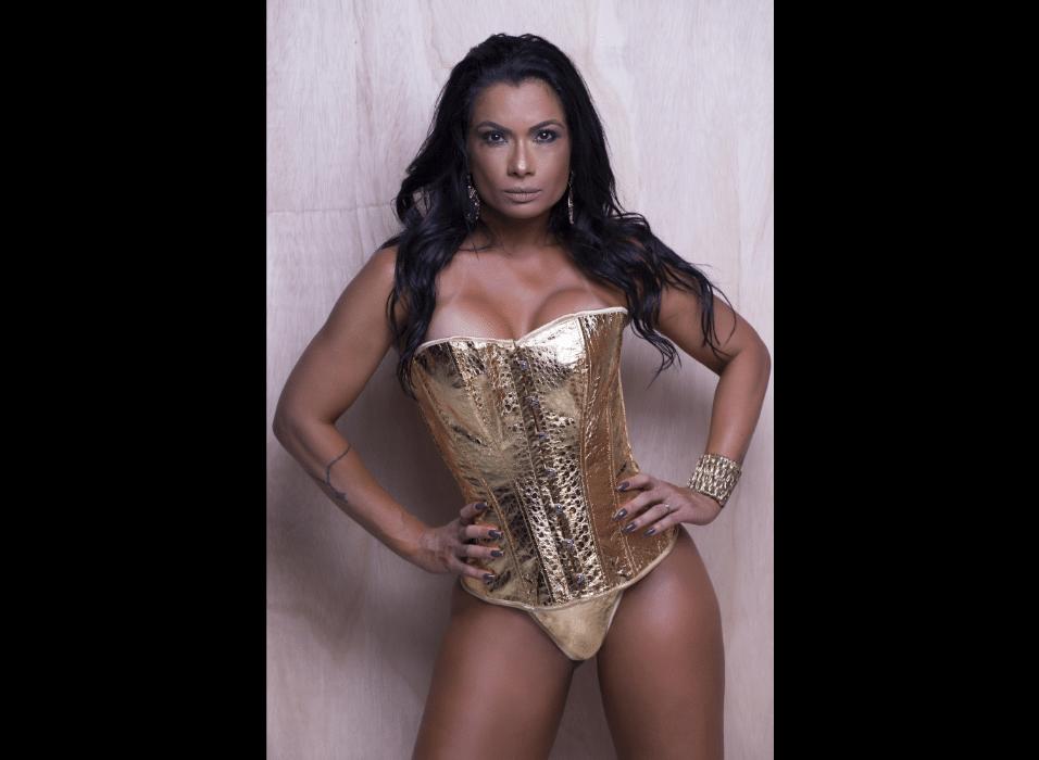"""14.jun.2017 - Posando para uma coleção de corselets de um sex shop do Rio de Janeiro, Dani Sperle usou e abusou da inspiração na Mulher Maravilha. """"Forte, cheia de atitude e com uma sensualidade fatal. Toda mulher é meio maravilha mesmo, a gente mata um leão por dia até alcançar nossos objetivos e cumprir nossas metas"""", declarou a musa"""