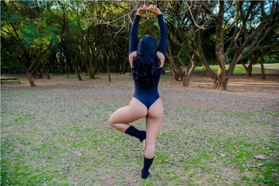 10.ago.2017 - Melina Maia se alonga em parque da zona norte, em São Paulo. A modelo representa o estado do Amazonas no concurso Musa do Brasil