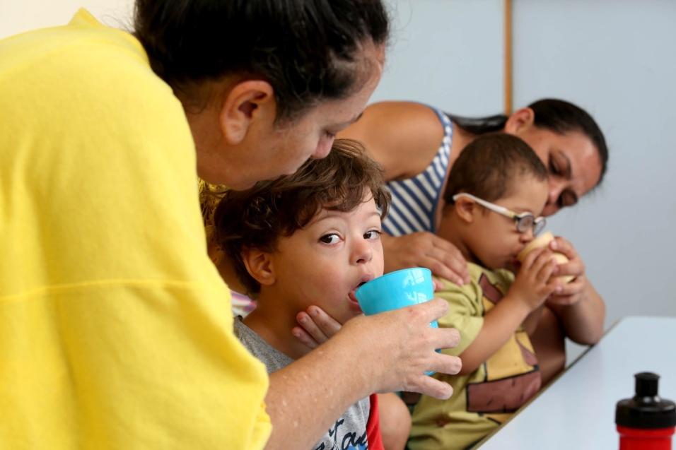 Apae-SP. Crianças com Síndrome de Down e outros tipos de deficiência intelectual recebem a ajuda de pais e profissionais para conseguir fazer tarefas do dia a dia desde a infância