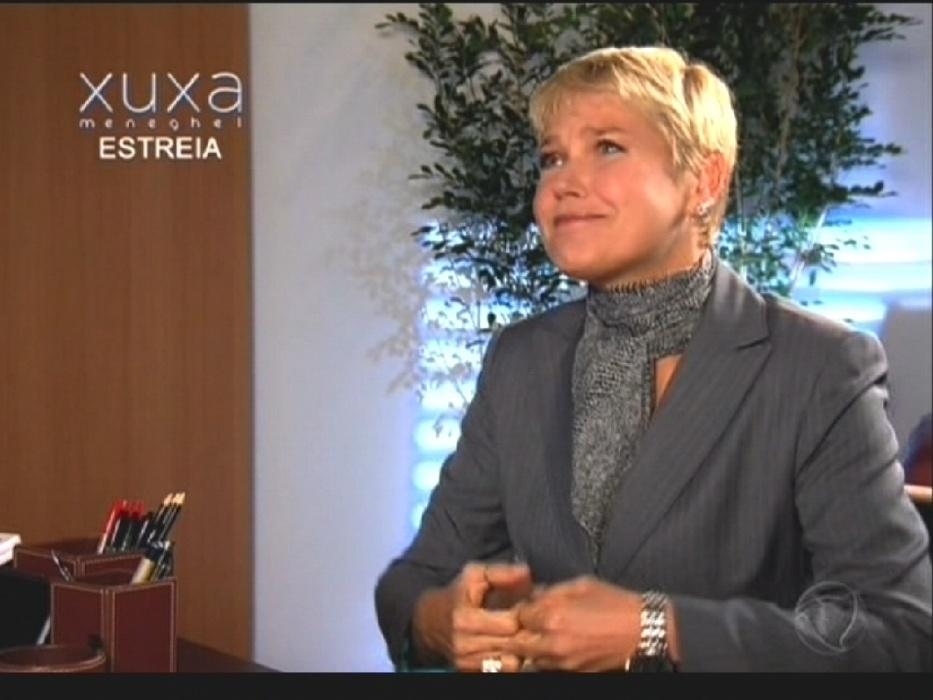 17.ago.2015 - Na abertura de seu programa de estreia na Record, Xuxa simula uma entrevista de emprego no departamento de recursos humanos da emissora