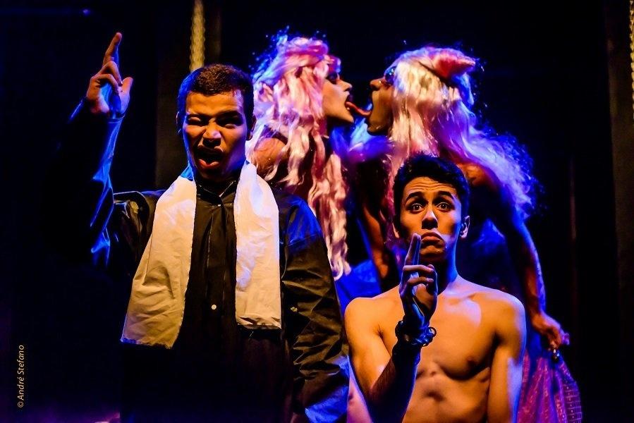 22.dez.2015 - A polêmica Cia. dos Satyros, grupo teatral famoso por peças polêmicas e nudez no palco, trouxe a peça