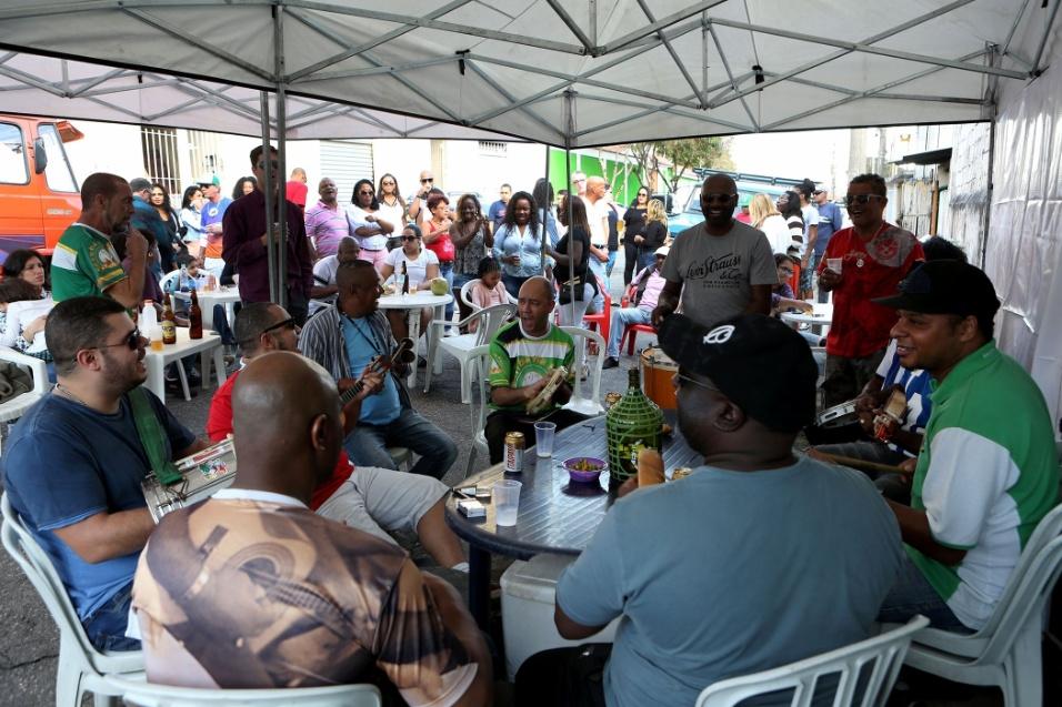 20.mai.2016 - Samba na feira. Em um dia de sol, o frio vai embora e embala os músicos e participantes da roda de samba