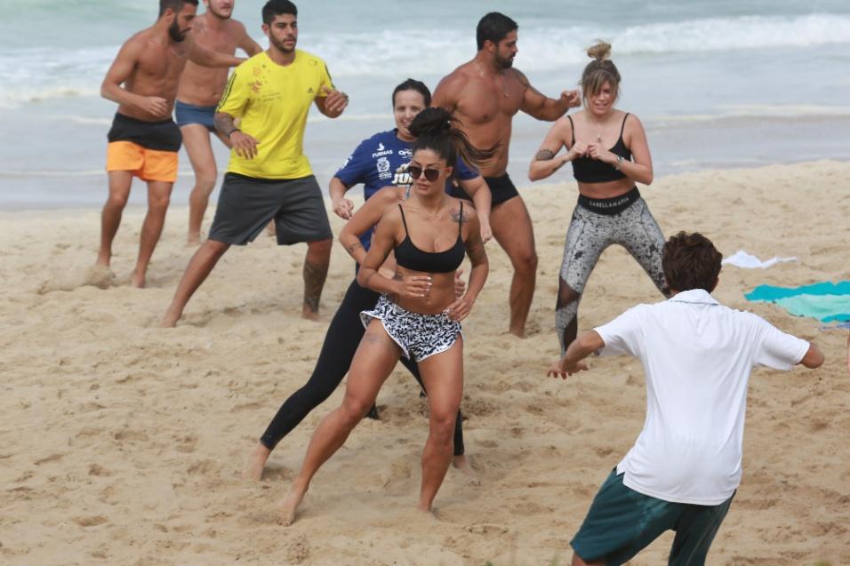 29.jul.2016 - Ao lado de amigas, Aline Riscado reservou a manhã para fazer exercícios na praia da Barra da Tijuca