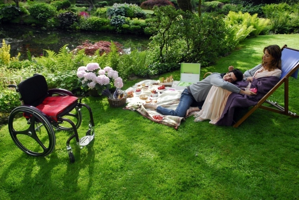 """2010 - Cena de """"Viver a Vida"""": Miguel (Mateus Solano) e Luciana (Alinne Moraes) fazem piquenique em Paris"""
