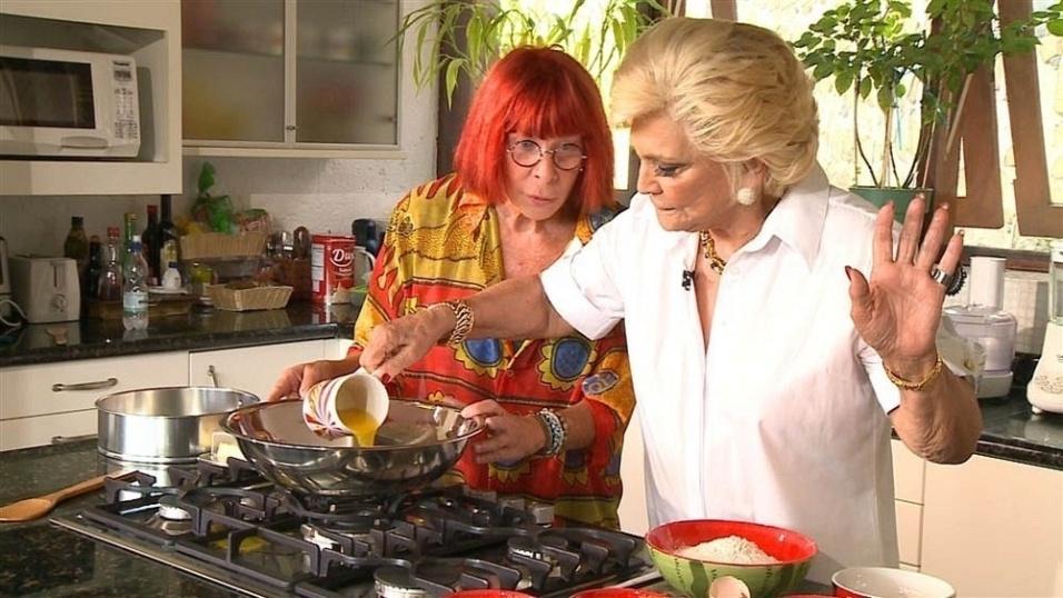 8.fev.2011 - Hebe prepara bolo na casa de Rita Lee, no interior de São Paulo