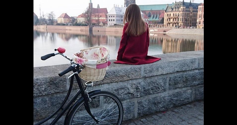 18. Você pode utilizar uma toalha ou tecido estampado, que já tenha em casa, para forrar a cestinha da bicicleta. Alguns ciclistas muito criativos e estilosos decoram também com laços