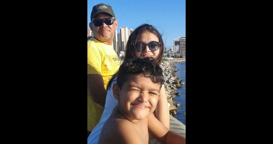 O papai Marcelo do Monte com os filhos Giovanna e Lucas