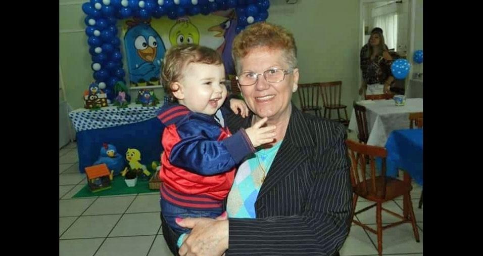Isaac comemorando um aninho no colo da vovó Maria de Lourdes, Pelotas (RS)