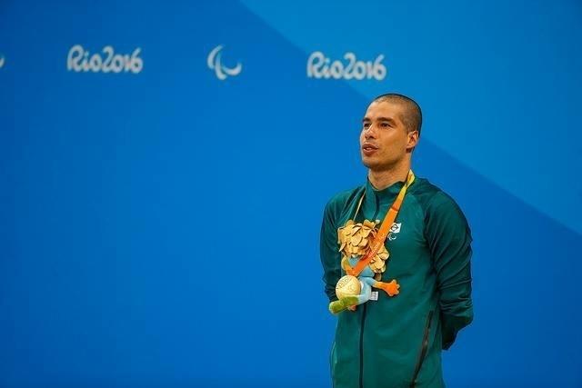 12.set.2016 - Daniel Dias recebe a medalha de ouro após vencer a prova dos 50m livre S5