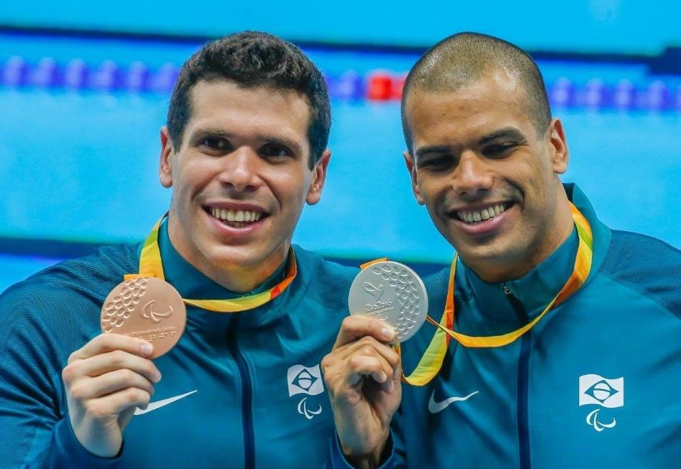 13.set.2016 - Phelipe Rodrigues (esq.) e Andre Brasil levaram respectivamente o bronze e a prata nos 100m livre S10 da natação