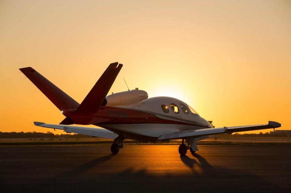 30.mai.2017 - Diferente dos aviões tradicionais, o Cirrus Vision Jet é um jato com cauda em V e monomotor, cuja turbina fica localizada sobre a cabine de passageiros, ao invés da instalação tradicional sob as asas