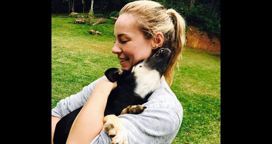 15. Paolla Oliveira é dona de vários pets e costuma adotar cães e gatos. Na foto o cãozinho Pernalonga, também adotado pela atriz