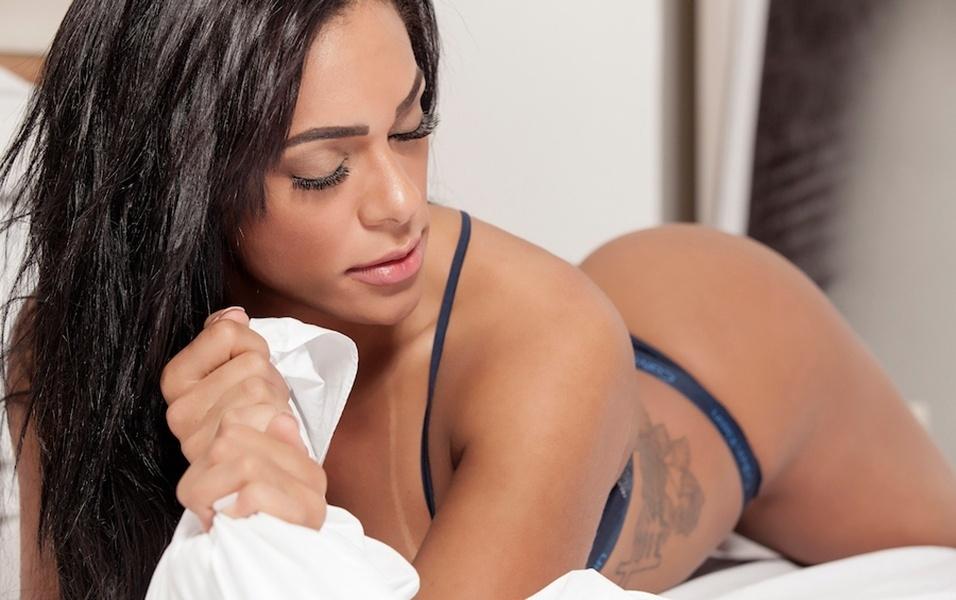 """19.jun.2017 - Day é modelo e empresária, natural de Brasília, e diz que tem uma queda por homens """"gordinhos"""". Na hora do sexo, o que mais excita a morena é o cheiro do parceiro. """"Sou extremamente olfativa, então o homem tem que estar cheiroso e bem cuidado sempre. É claro que não precisa ser metrossexual, tudo tem um limite. O cara não pode ir na clínica de estética mais do que uma mulher"""", conta ao risos"""