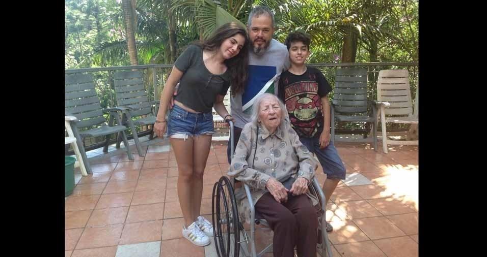 Adriano da Silva Mora é o neto  da dona Anacirema Silva, de 96 anos. Barbara Antunes Mora e Leonardo Antunes Mora são os bisnetos. A família mora em Cotia (SP)