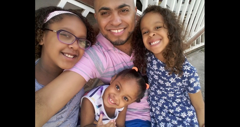 O papai Sérgio e suas filhas Ashley Meneses, de10 anos, Nicoly Meneses, de seis anos, e Ingrid Meneses, três anos. Eles moram em São Paulo (SP)
