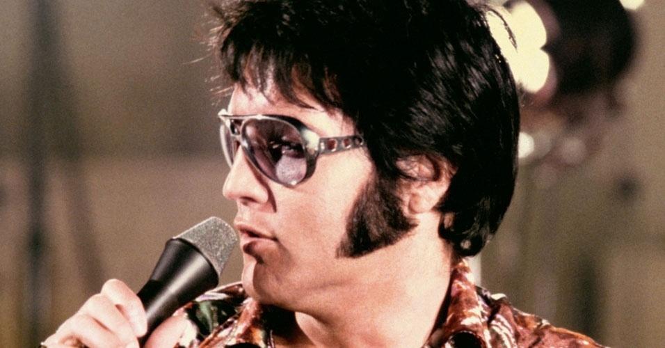 23. Elvis Presley era fanático por bacon. Uma vez ele saiu de casa de madrugada e pegou um jatinho em busca de um lanche: pão italiano recheado com meio quilo de bacon, pasta de amendoim e geleia. Outros famosos bacon maníacos são a atriz Catherina Zeta-Jones e a cantora Katy Perry
