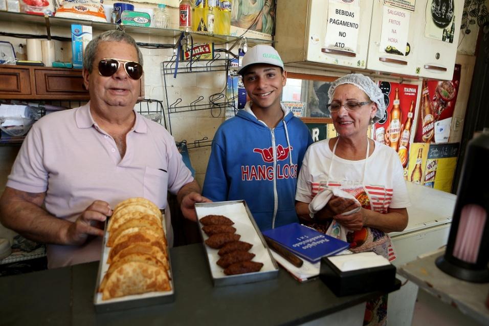 20.mai.2016 - Samba na feira. Seu Osmar, dono do boteco que faz parte da história do Samba na Feira, mostra os quitutes do bar que fica em frente à roda de samba