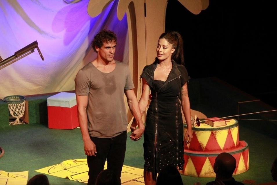 """14.jan.2017 - Casal mostrou entrosamento na estreia da peça """"O Jogo do Amor"""", que teve direção de Carlos Bonow"""