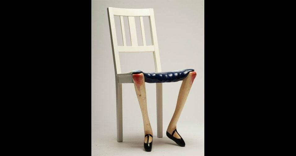 23. Cadeira com pernas de moça