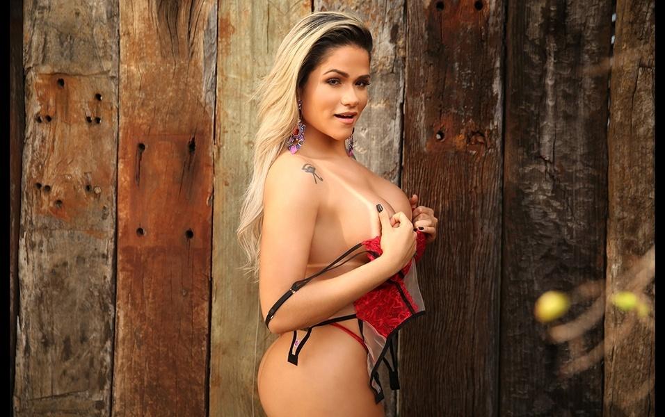 """15.ago.2017 - """"A parte do meu corpo que eu mais gosto é meu bumbum"""", revela a modelo Natália Rios em ensaio para o site Diamond Brazil"""