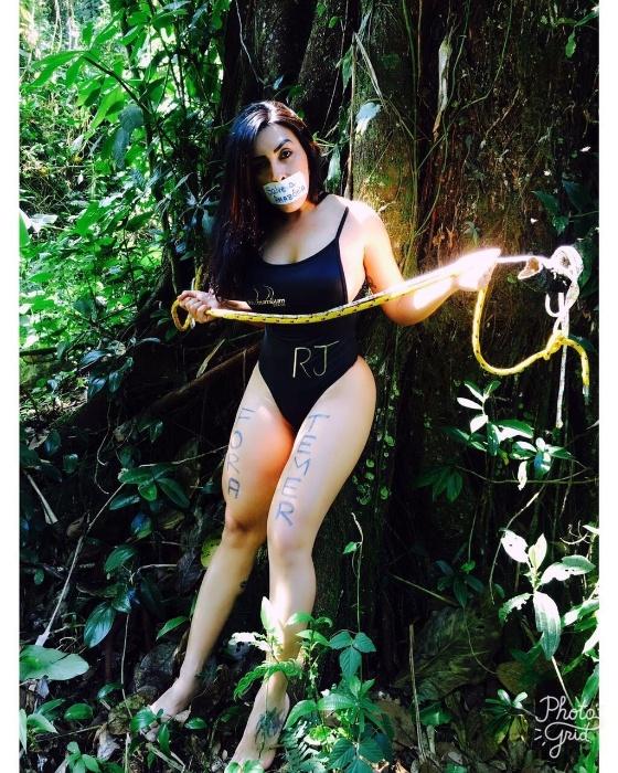 28.ago.2017 - Em ensaio,candidatas do Miss Bumbum 2017 protestam contra a decisão de Michel Temer, que assinou um decreto autorizando a exploração mineral na Amazônia