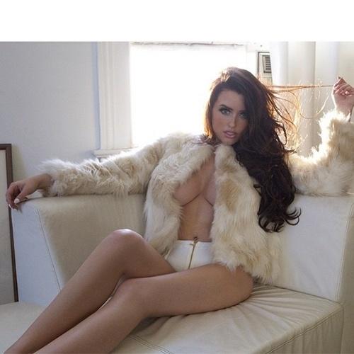 19.ago.2015 - A modelo norte-americana Abigail Ratchford tem mais de 1,5 milhão de fãs na rede social Instagram que estão acostumados a ver os atributos da beldade nas fotos postadas. A gata tem uma coleção de registros em que aparece sem sutiã, ganhando elogios quanto aos fartos atributos